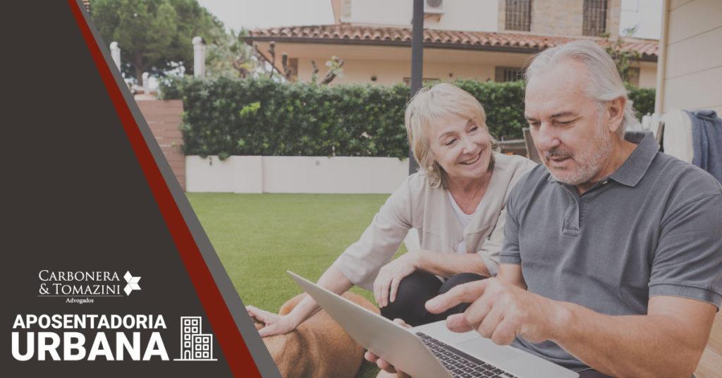 banner sobre a aposentadoria por idade urbana com uma foto de dois aposentados em sua casa fazendo planos
