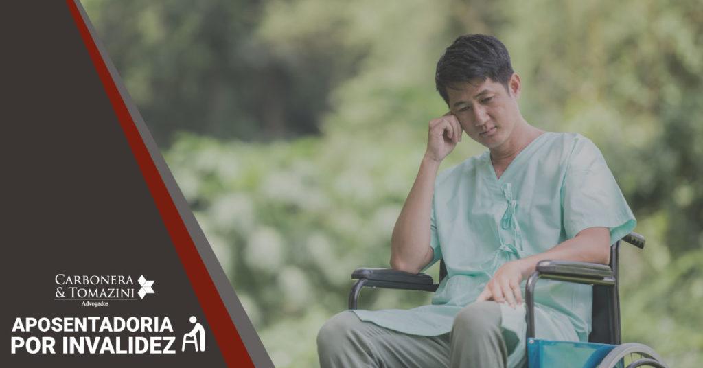 banner sobre a aposentadoria por invalidez com a foto de um cadeirante apoiado em seu braço