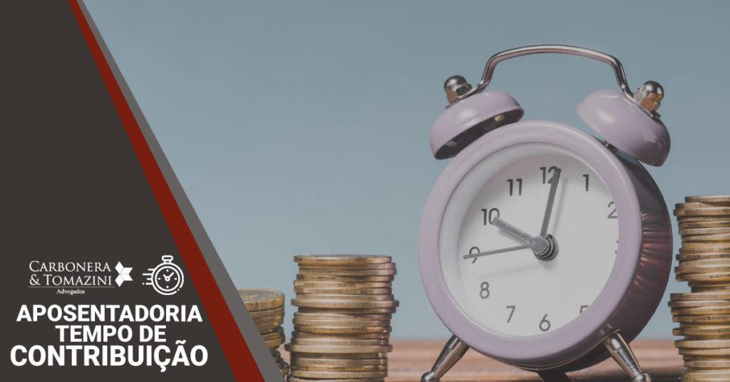 banner sobre a aposentadoria por tempo de contribuição com um relógio e algumas moedas empilhadas